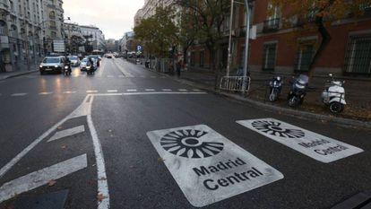Señalización de Madrid Central, en uno de los accesos al área.