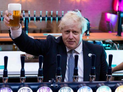 Boris Johnson levanta una pinta de cerveza en una cervecería londinense este miércoles