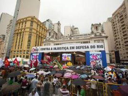 Manifestantes se reúnen frente a la Cámara Municipal de Río de Janeiro durante una manifestación para pedir a la presidenta de Brasil, Dilma Rousseff, que vete la nueva ley de reparto de regalías del petróleo, realizada en el centro de la ciudad.