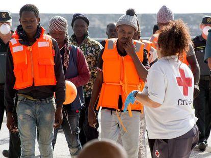 Inmigrantes rescatados este martes en las cercanías de Alborán llegan a Granada.