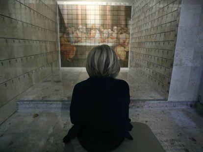 Teresa, ante los columbarios de la catedral de Terrassa.