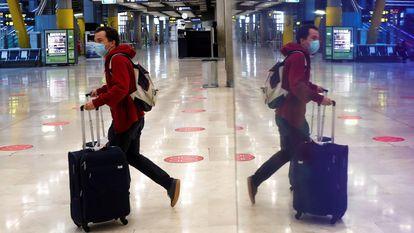 Un pasajero, el pasado miércoles en el aeropuerto Adolfo Suárez de Madrid.
