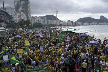 Seguidores de Bolsonaro marchan este domingo en la playa de Copacabana, en Río de Janeiro.