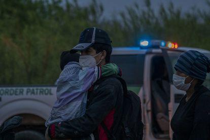 Migrantes se entregan a elementos de la patrulla fronteriza en busca de asilo humanitario en La Joya, Texas, el 1 de abril de 2021.