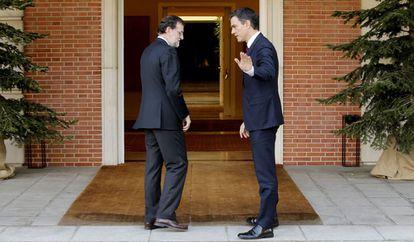 Rajoy recibe a Sánchez en La Moncloa el pasado 22 de diciembre.