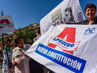 Manifestantes marchan a favor de la reforma constitucional en Chile, el 26 de febrero pasado.