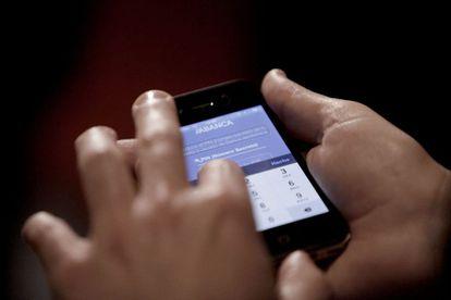 Vista general de un móvil con una aplicación para pagar por móvil.