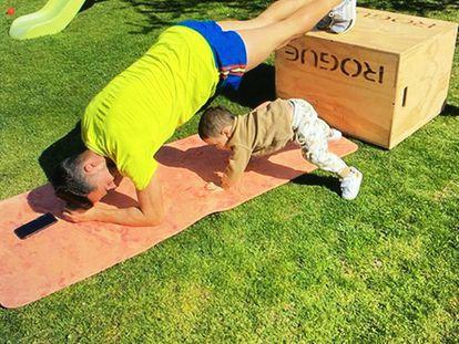Lucas Vázquez se ejercita en su jardín acompañado de su hijo.
