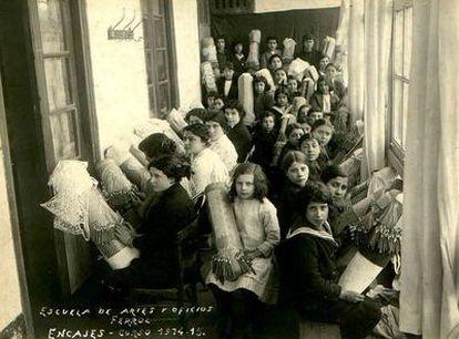 Curso de encaje de 1914 en la Escuela de Artes y Oficios de Ferrol, en una imagen cedida por Esperanza Piñeiro.