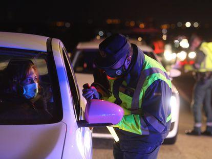 Control de tráfico de la Guarda Civil en la A5, en la salida de Madrid el pasado domingo.