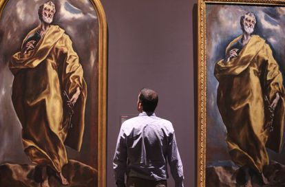 Un visitante observa el 'San Pedro' de El Greco (a la derecha) junto al 'San Pedro' de su taller.