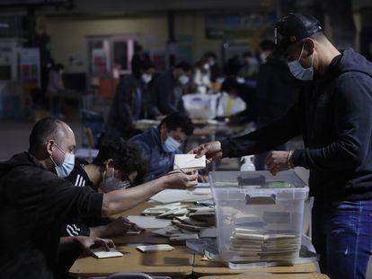 Funcionarios contabilizan los votos en Santiago de Chile, este domingo.