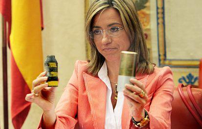 """La ministra de Defensa, Carme Chacón, en el Congreso en 2008, <a href=""""http://www.nytimes.com/imagepages/2011/04/16/world/16libya2.html"""" target=""""_blank"""">con una bomba de racimo idéntica a la que ha explotado en Misrata</a>, cuando explicó que España iba a dejar de producir y exportar esta munición."""