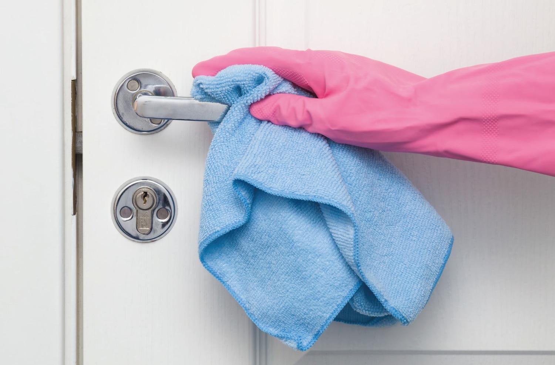 Los pomos de las puertas son una de las zonas del hogar cuya desinfección ha sido recomendada por las autoridades.