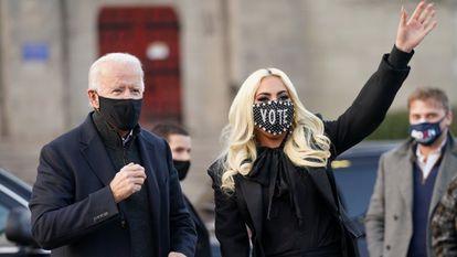 El candidato presidencial demócrata de EE UU, Joe Biden, junto a Lady Gaga en Pittsburgh, Pensilvania, en noviembre.