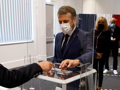 El presidente francés, Emmanuel Macron, vota este domingo en Le Touquet (Francia).
