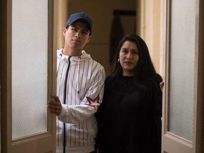 Viviana López Albán y uno de sus seis hijos, Ronny Gabilanes, en el Centro de Asesoría y Estudios Sociales.