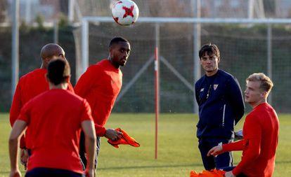 Montella vigila a N'Zonzi, Carole y Geis en el entrenamiento del Sevilla.