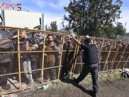 Simpatizantes del Boca Juniors esperan a comprar una entrada.