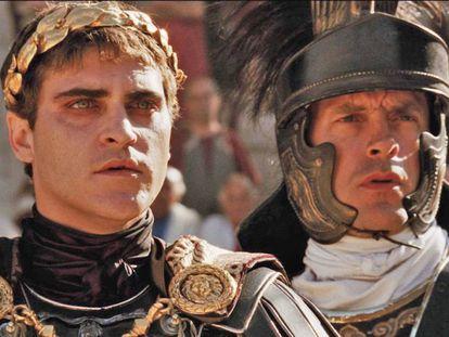 Que los emperadores romanos sentenciaban a muerte bajando el dedo pulgar es una de las mentiras que Hollywood nos ha colado. En la imagen, Joaquin Phoenix en el papel de Cómodo en la película 'Gladiator' (2000).