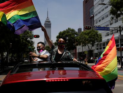 Dos personas celebran el Día del Orgullo, en Ciudad de México, el pasado junio.