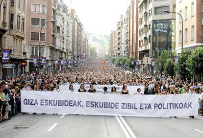 Decenas de miles de personas secundan la manifestación en favor de los derechos civiles en Bilbao.