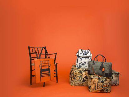 Sobre una silla Sussex de Morris & Co., bolsa Barcelona con la silueta de la misma silla. Los bolsos estampados con el motivo 'Forest' de William Morris y con denim desteñido reinventan siluetas clásicas de Loewe.