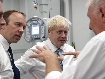 Boris Johnson, este lunes durante una visita a un hospital de Boston, en el condado de Lincolnshire.