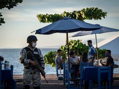 Un miembro de la Guardia Nacional vigila el Malecón de Puerto Vallarta (Jalisco).