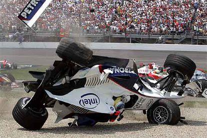 Momento en que el coche de Heidfeld da una vuelta de campana tras el accidente múltiple que se produjo en la primera vuelta de la carrera.