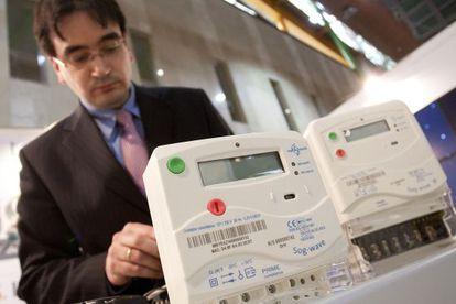 El Jefe de Laboratorio de la empresa Tecnalia comprueba el funcionamiento de un contador inteligente.