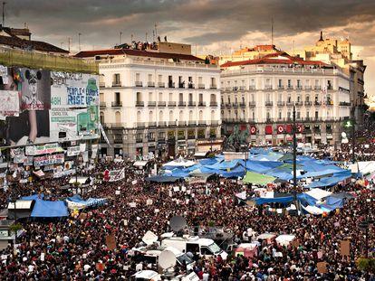 Una manifestación multitudinaria, en la Puerta del Sol de Madrid, el 21 de mayo de 2011.