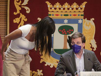 El alcalde de Madrid, José Luis Martínez-Almeida, habla con la vicealcaldesa, Begoña Villacís, antes de la comparecencia para dar cuenta de los acuerdos de la Junta de Gobierno.