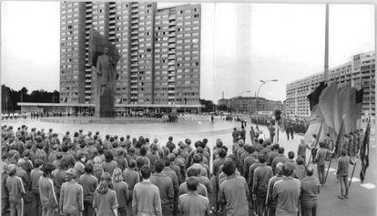La estatua gigante de 19 metros de Lenin preside la protesta organizada contra la guerra de Vietnam en Berlín en 1972.