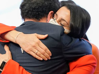 Edmundo Bal e Inés Arrimadas se abrazan tras conocer los resultados del 4-M.