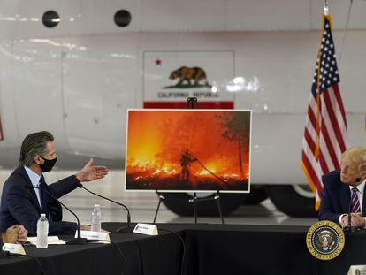 Trump escucha las explicaciones del gobernador Newsom sobre los incendios, este lunes en Sacramento.