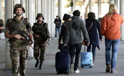 Soldados franceses patrullan este sábado en el aeropuerto de Merignac (Francia).