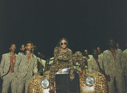 Beyoncé, rodeada de sus bailarines, en otro momento del disco visual 'Black Is King'.