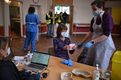 Una mujer se prepara para salir del centro de vacunación tras recibir el fármaco de AstraZeneca, el 20 de febrero en Sheffield.