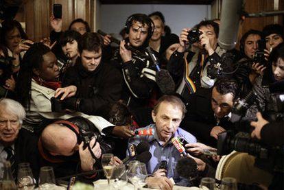 Michel Houellebecq responde a los periodistas en el restaurante Drouat de París tras ganar el Premio Goncourt.