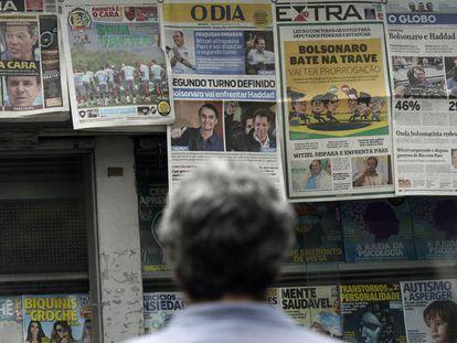un ciudadano lee los titulares de los principales periódicos brasileños sobre los resultados de las elecciones presidenciales en Río de Janeiro el pasado 8 de octubre.