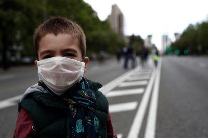 Un niño con mascarilla, el pasado sábado en el Paseo de la Castellana, en Madrid.