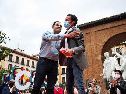El candidato de Ciudadanos (Cs) a la presidencia de Madrid, Edmundo Bal (derecha), junto al ex vicepresidente de la Comunidad Ignacio Aguado, durante un mitin en la Plaza del Dos de Mayo, este sábado.