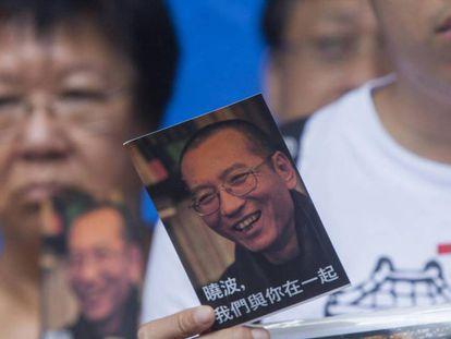 Un activista muestra una de las mil postales con mensajes de apoyo al disidente chino Liu Xiaobo, el 5 de julio. Vídeo: China pide a la ONU que no interfiera en sus decisiones internas.