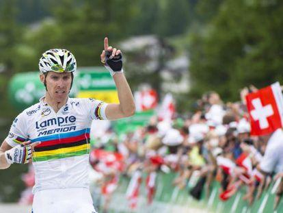 Rui Costa señala su arcoíris al cruzar vencedor la meta de la última etapa de la Vuelta a Suiza.
