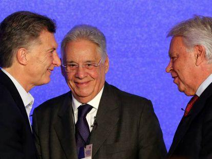 El presidente Mauricio Macri y los expresidentes Fernando Henrique Cardoso y Felipe González durante el foro organizado en Buenos Aires por el Círculo de Montevideo.