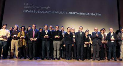 Autoridades y premiados en el acto de entrega de los certificados Bikain.