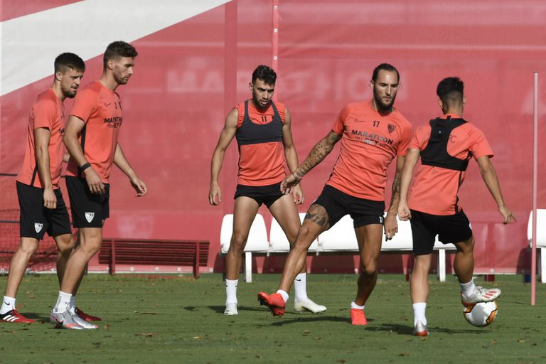 Varios jugadores del Sevilla, durante un entrenamiento.