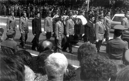 El féretro con los restos mortales de Tito, escoltado por soldados, mineros y trabajadores de la metalurgia, durante el funeral de Estado, en Belgrado en 1980.