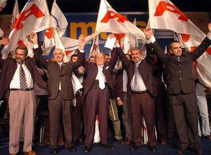 Miras Portugal, segundo por la izquierda, junto a Fraga, en el centro, en un acto del PP en Uruguay.